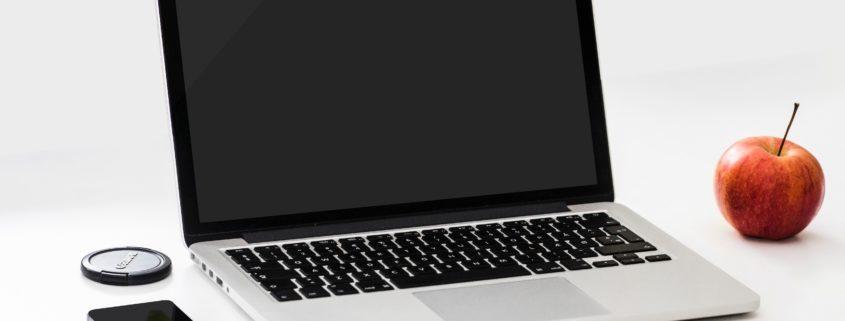 apple-desk-laptop-18105